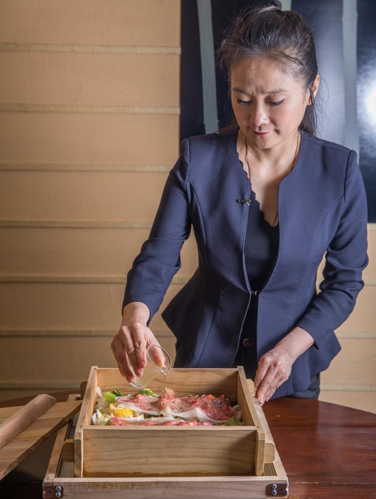 台北晶華酒店三燔本家協理張淑慧熟知食材特色,經常在桌邊為客人調理適口的菜餚,由她掌桌,客人除了吃得滿足,心情也被照顧地很愉悅。