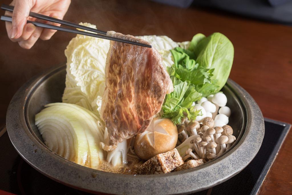 「壽喜燒」選用僅有0.18公分薄透的臀肉片,在清酒壽喜燒醬汁裡快涮後品嘗,濃郁甘甜。(2,900元/份)