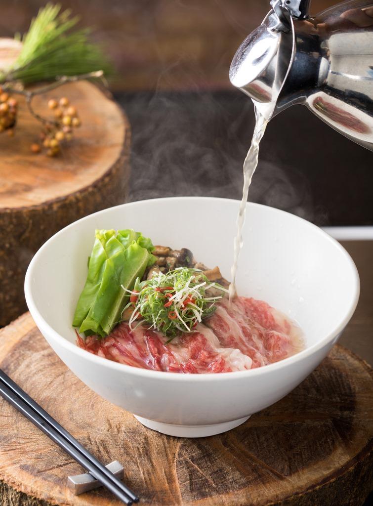 「azie」推出以高湯沖入生牛肉片的「頂級清燉三味宮崎和牛肉麵」鮮美柔嫰。(1,500元/碗)