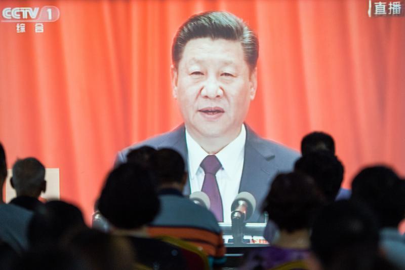 中國利用「數位式列寧主義」(digital Leninism)管理經濟並監控民眾。圖為民眾觀看央視轉播中國19大開幕。(東方IC)
