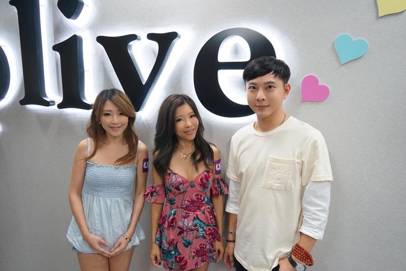 久未在台灣露面的金曲歌后李愛綺特別應好友陳孝志邀請出席 Uplive直播。(Uplive提供)