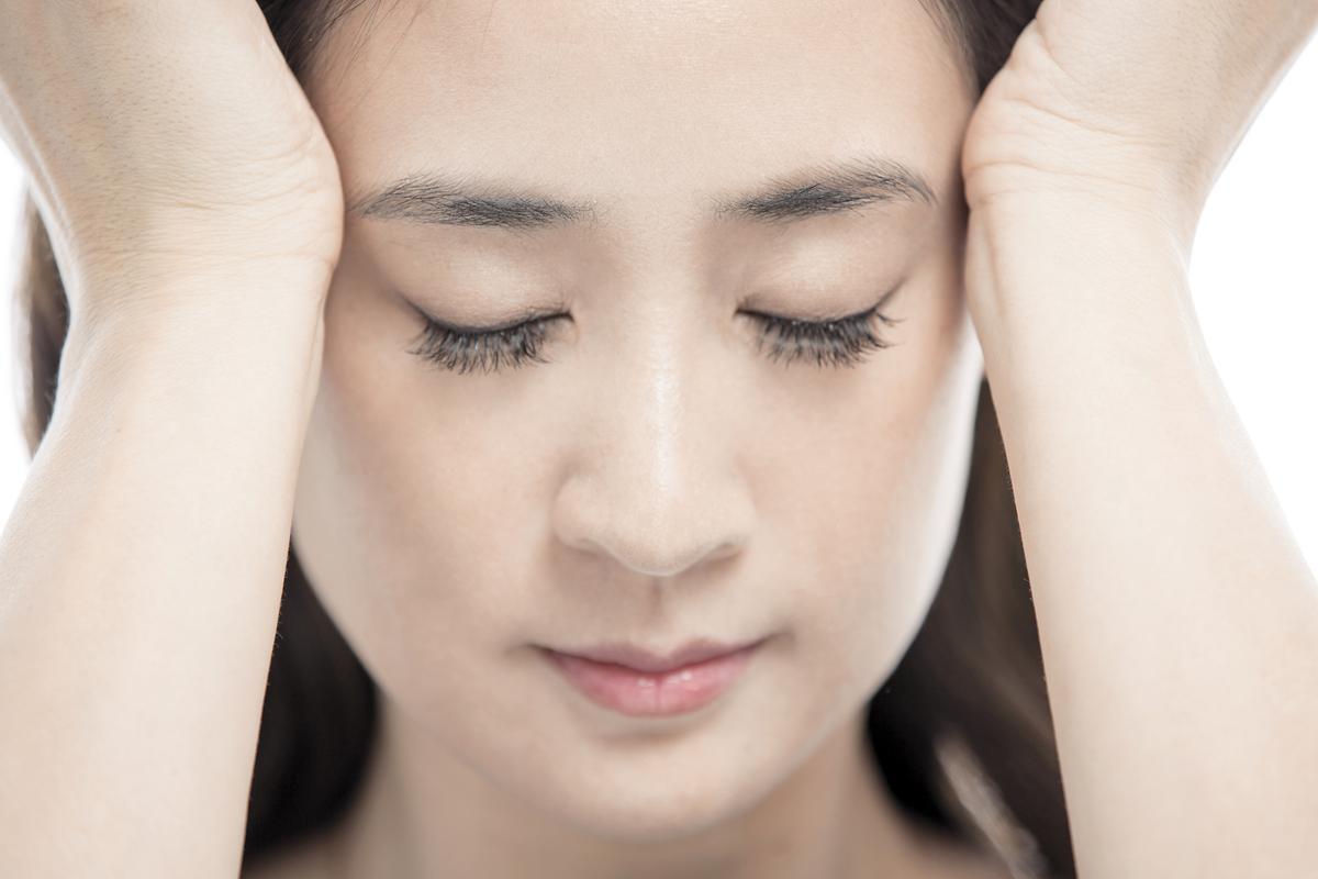 4.在眼周周圍穴道以輕輕按壓方式做按摩。
