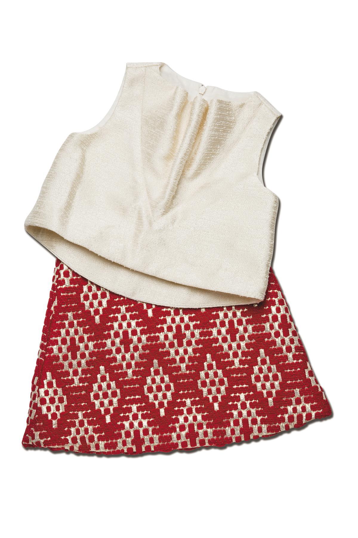 抓縐上衣NT$2,680、斜紋軟呢短裙NT$2,500。