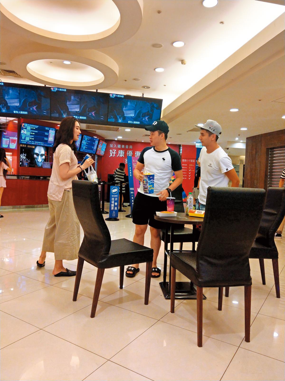 10月16日曾子余(右)又和穿拖鞋、寬褲的女友(左)現身國賓看電影,不過這次卻帶著電燈泡男性友人同行。