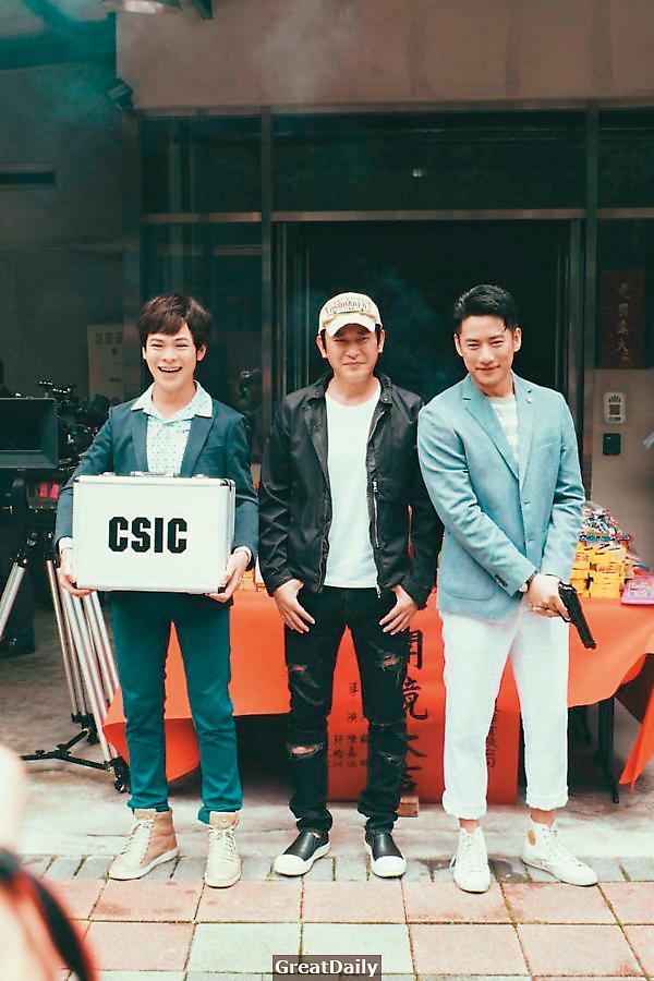 ←去年五月《鑑識英雄2》盛大開鏡,主要演員王識賢(中)、周孝安(右)、蘇達(左)都現身參加。(超人睿奇製作提供)