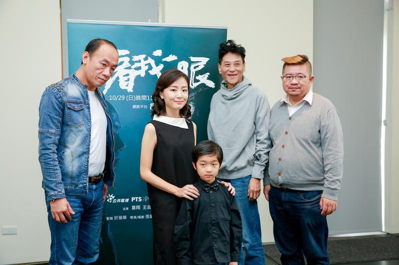 張耀升導演(右起)與演員喜翔、童星白潤音、葳薾森、王自強等出席《再看我一眼》媒體見面會。