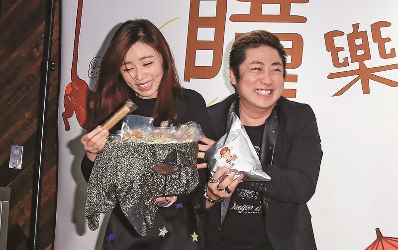 王瞳(左)與艾成相戀5年,小倆口感情甜蜜卻始終無法修成正果,婚期無限延後。