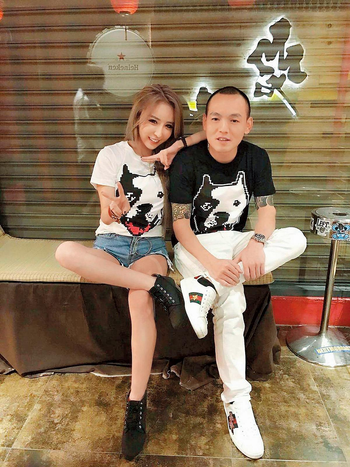 雪碧(左)在臉書放上和春風穿著同款大頭狗圖樣T恤,雖然女生對外說是業配,但實則為兩人刻意買的情侶裝。(讀者提供)
