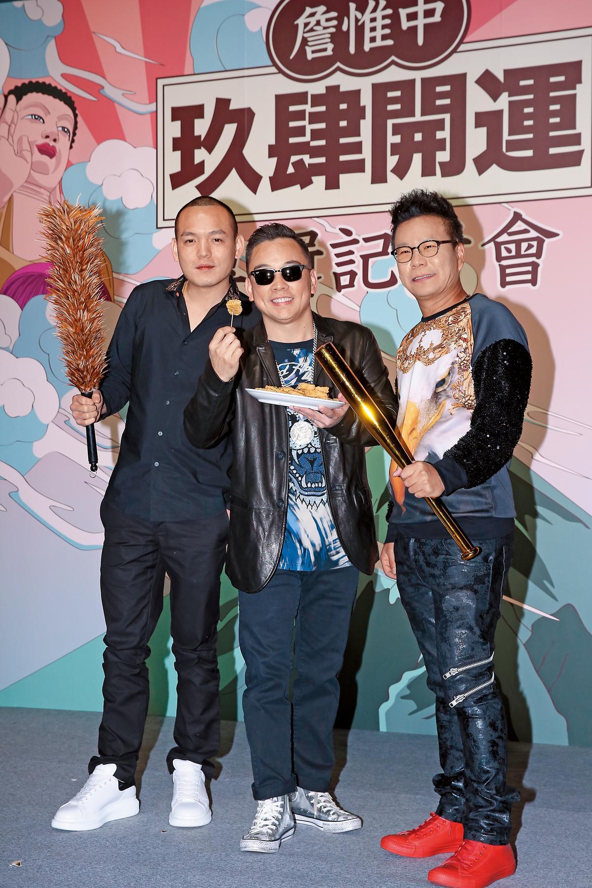 算命師詹惟中(中)之前發行新專輯《玖肆開運》,在記者會上預言「玖壹壹」團長春風(左)的桃花將會旺到如發春的公雞。右為沈玉琳。