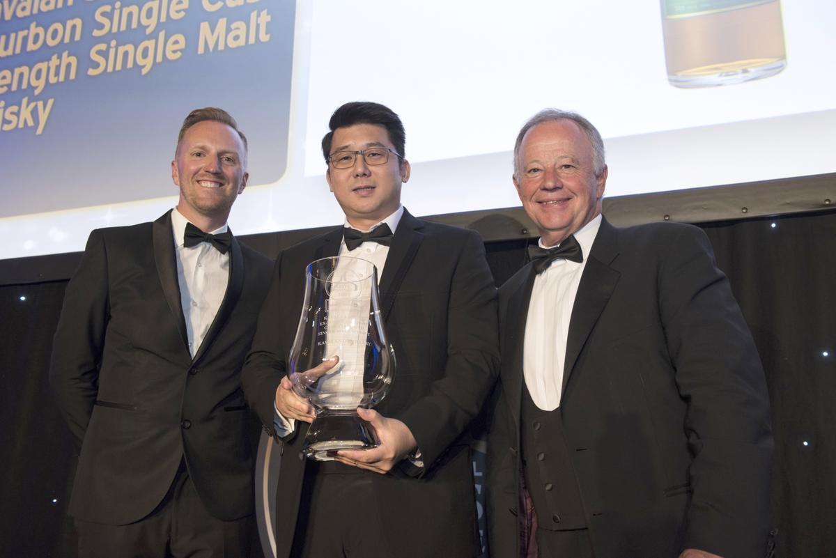 金車噶瑪蘭連續2年榮獲ISC世界威士忌單一麥芽冠軍,由釀酒師張郁嵐(中)代表領獎。