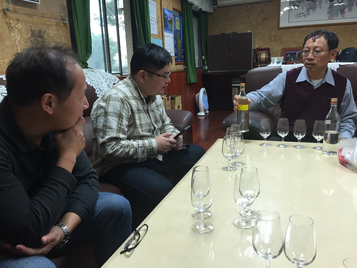 剛卸任廠長的潘結昌(右),現高升為董事會祕書室主任,喜歡傾聽國內威士忌專家意見並與他們分享心得。