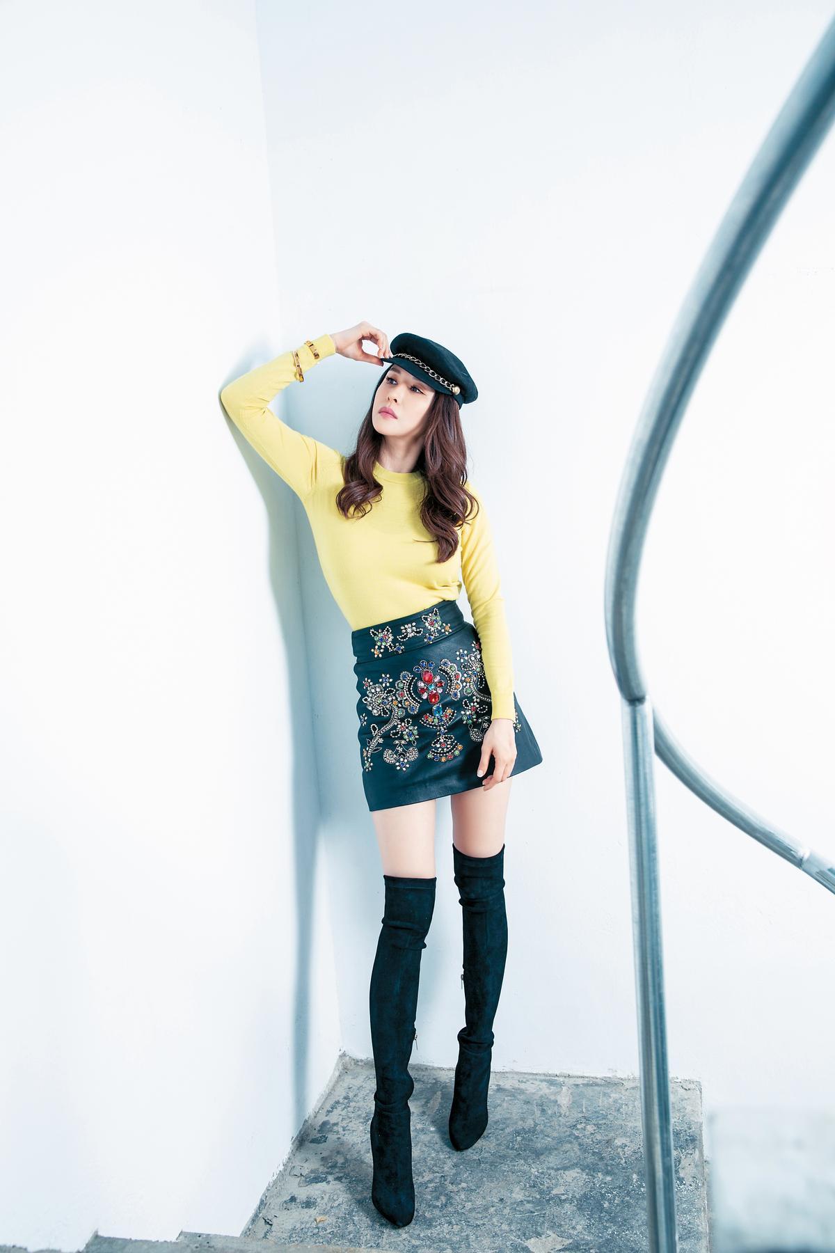 EUGENIA KIM鴨舌帽。約NT$10,000;J.Crew黃色毛衣。約NT$4,000;MASTY GAL皮裙。約NT$3,000;JIMMY CHOO過膝靴。約NT$60,000