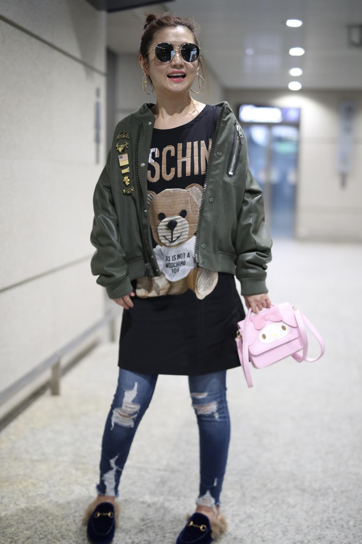 Selina:現身上海機場時,穿著MOSCHINO小熊長版T、GUCCI毛毛拖鞋,手拎Sanrio粉色美樂蒂小袋,超級少女心。(東方IC)