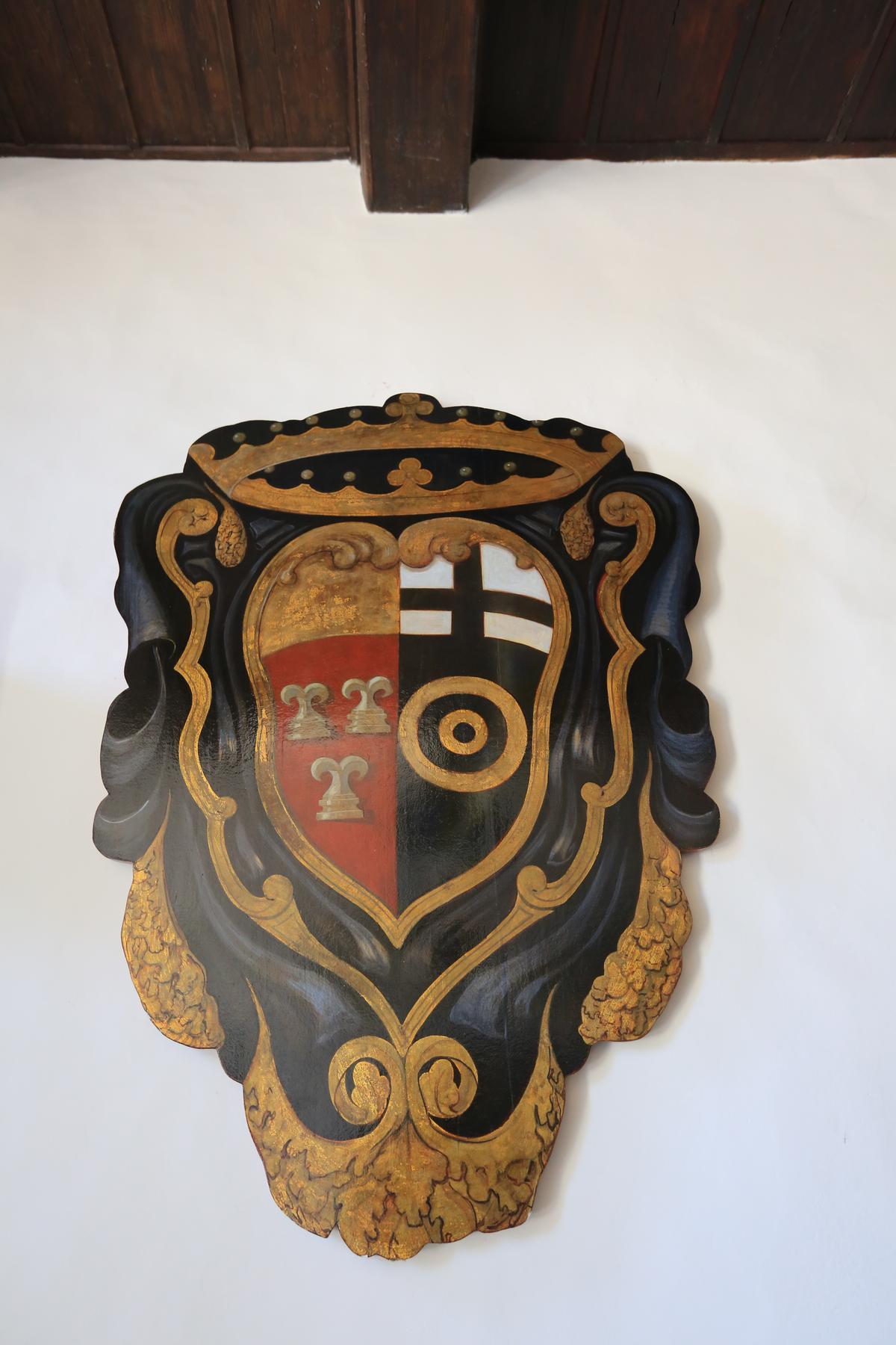 在「波密諾莊園」與「尼波扎諾莊園」均可見奧比奇家族與佛卡提家族的綜合家徽。