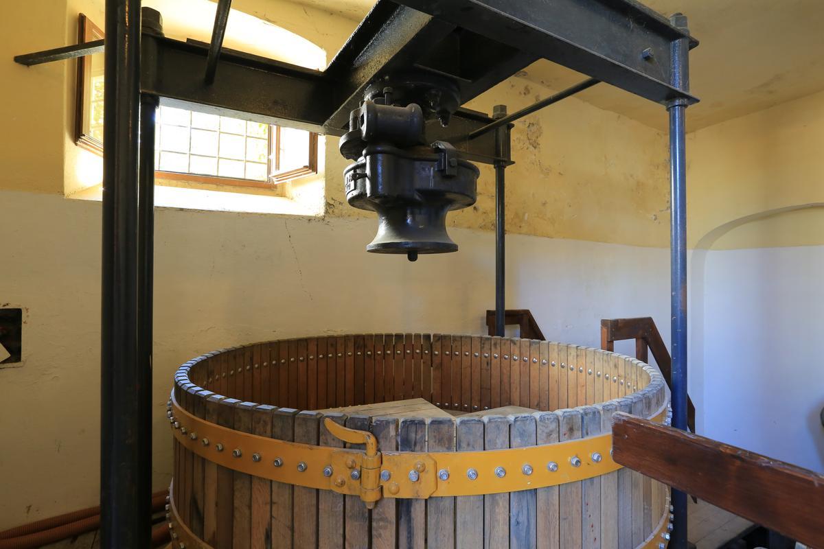 此為莊主夫人Leonia於1863年自法國香檳區運來的搾汁機。