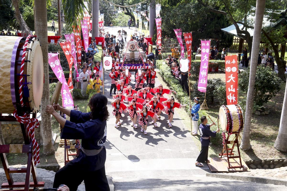 劇組拍攝一場「釀酒祭典」慶典活動,找來30人擔任抬轎及跳舞臨演,場面盛大。