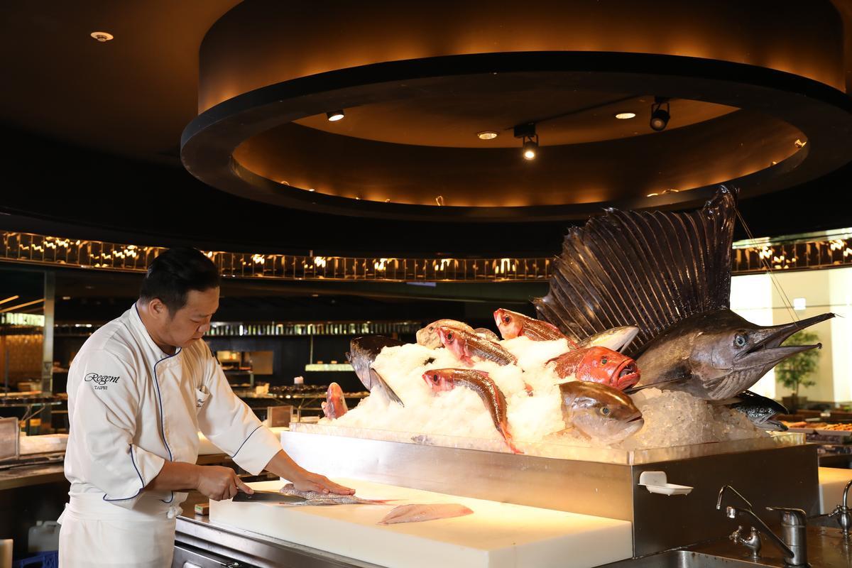 栢麗廳主廚張明志出身自日本料理,對海鮮掌握度極高。正中央主舞台擺進當天現流鮮魚,非常吸睛。