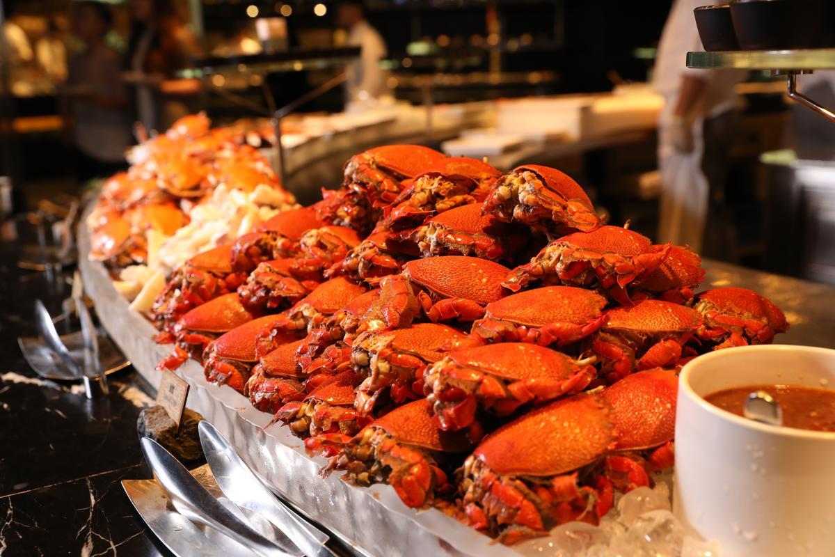 餐檯堆滿蟹類,這天午餐光螃蟹就有蒸烤原味的旭蟹、三點蟹、櫻花蟹。