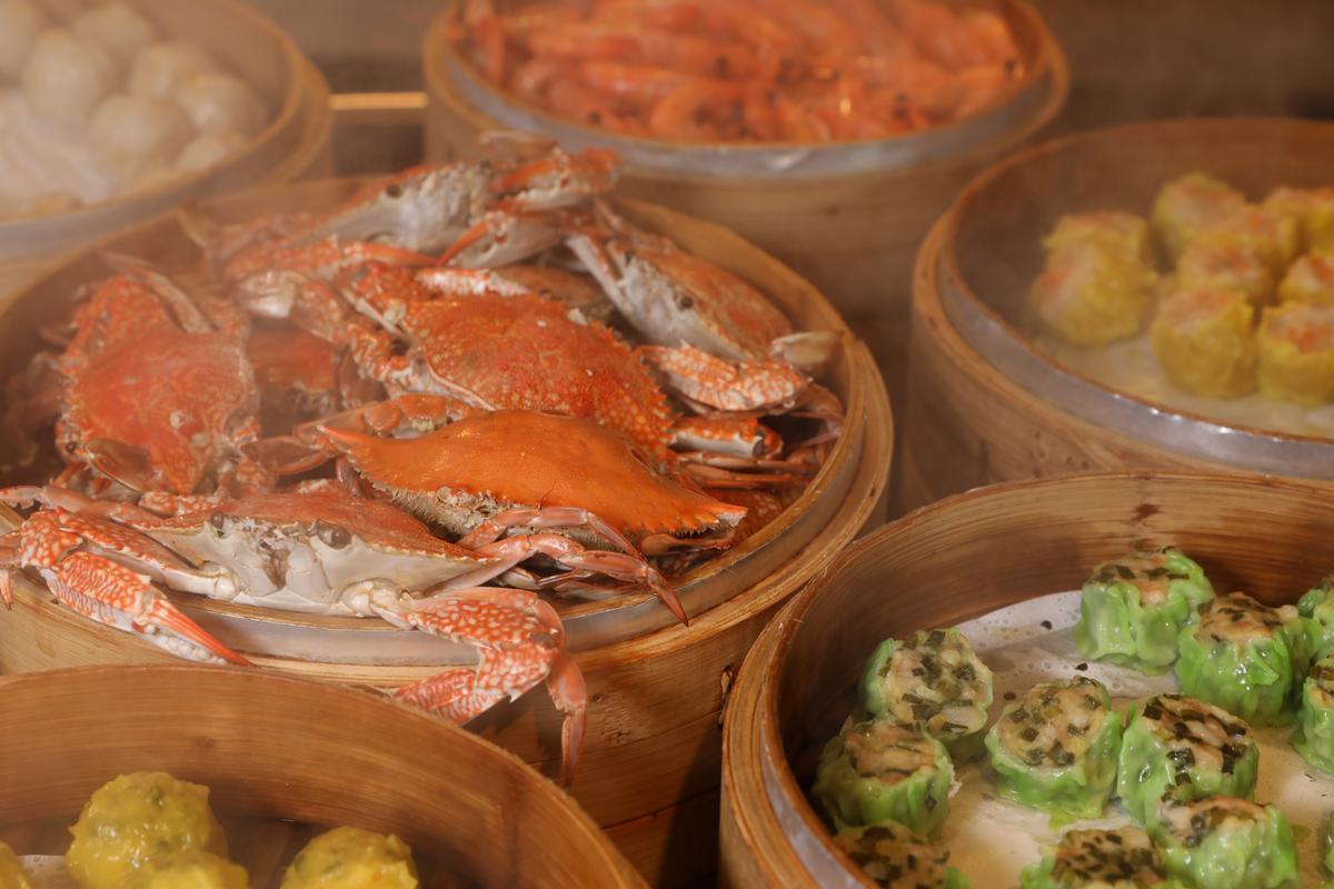 中式點心區有熱騰騰的藥膳螃蟹,單單螃蟹一樣,即有冷熱吃法,調味也不同。