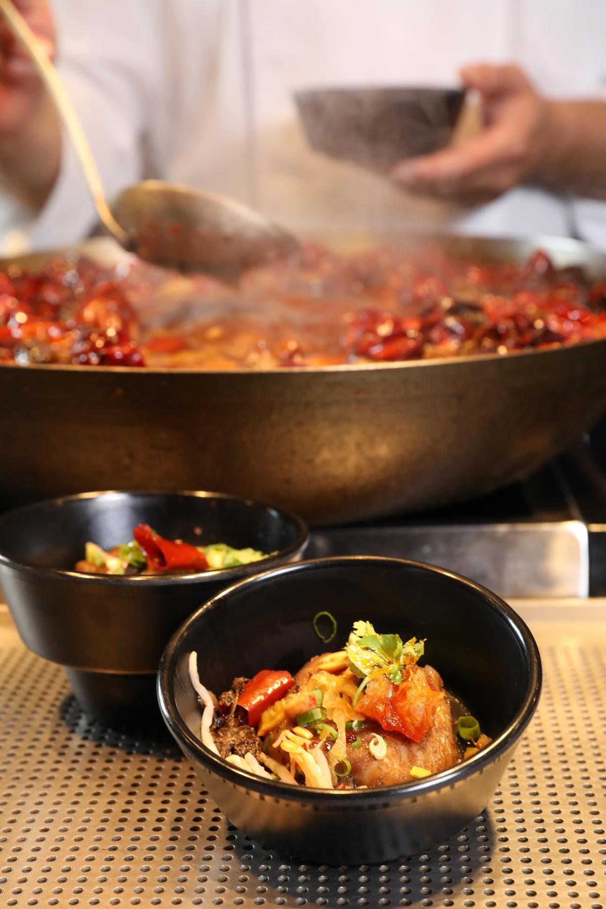 「重慶水煮魚」用乾辣椒、花椒、辣油熬煮而成,香麻微辣。