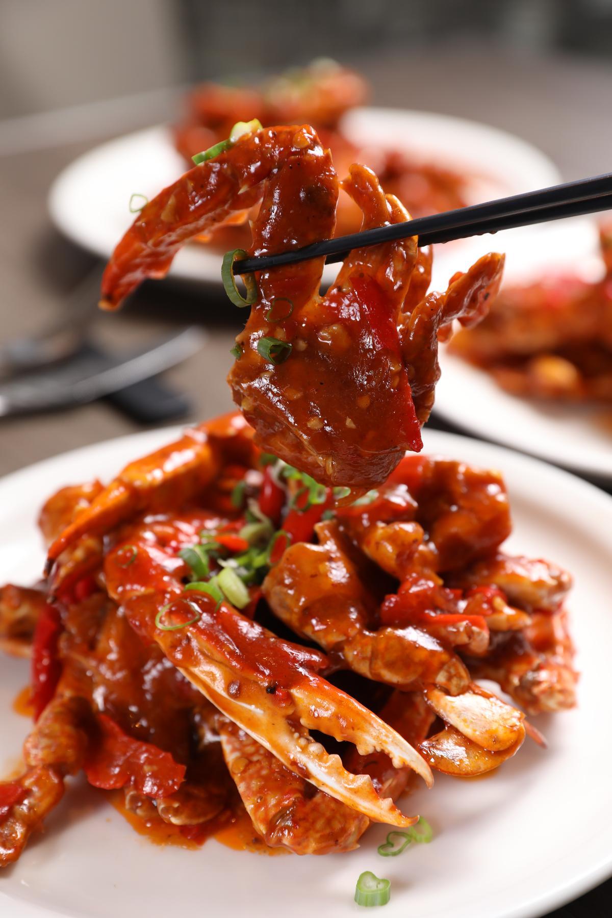 「星洲辣蟹」以多種辛香料醃漬,醬汁選用新鮮辣椒煮成,火辣鮮跳。