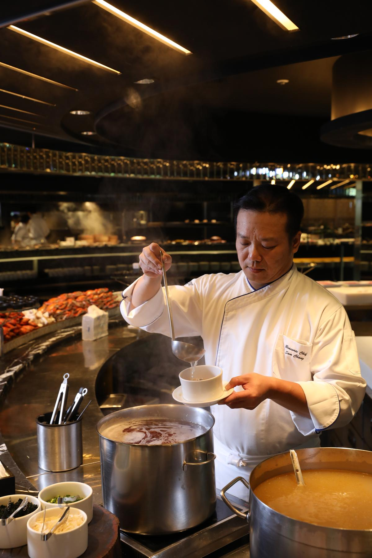 海鮮檯旁有現煮「鮟鱇魚湯」,大吃前先暖個胃。