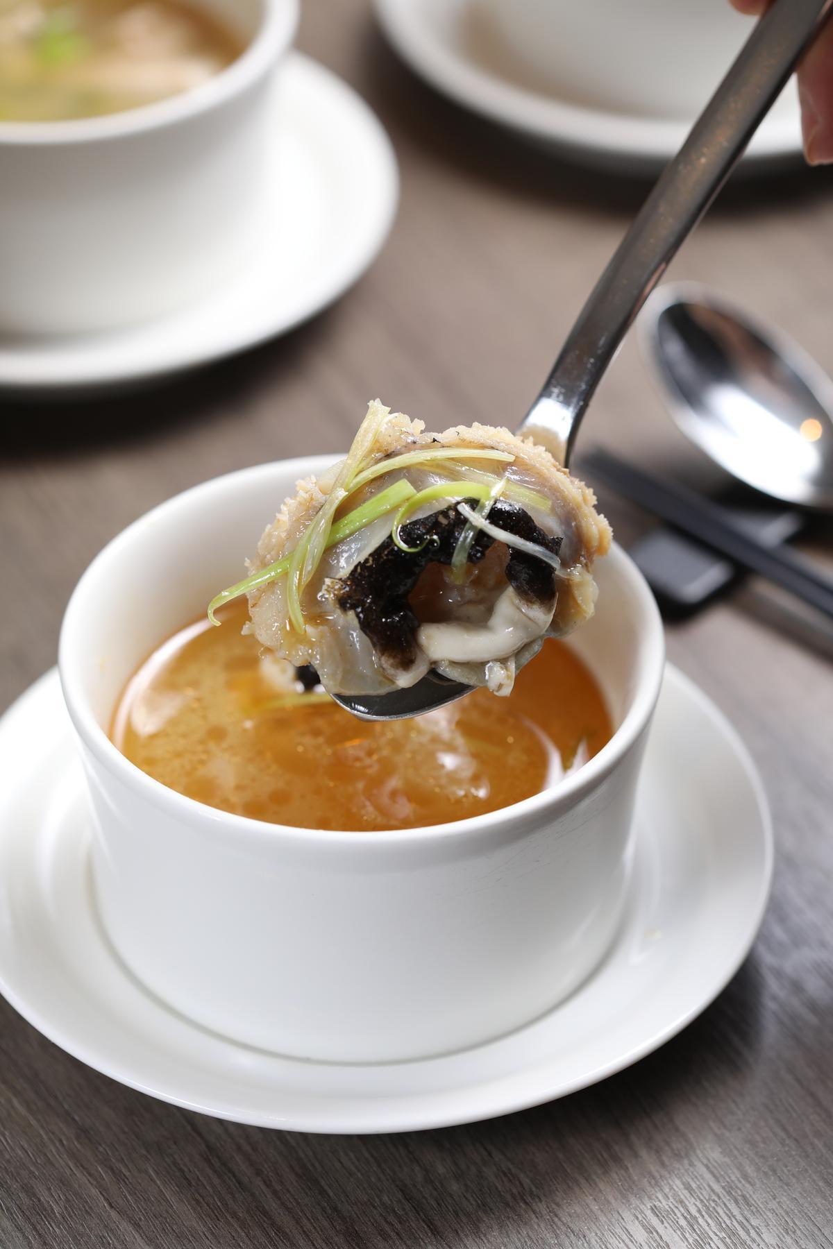 「鮟鱇魚湯」膠質豐富,湯底可選麻油或味噌。