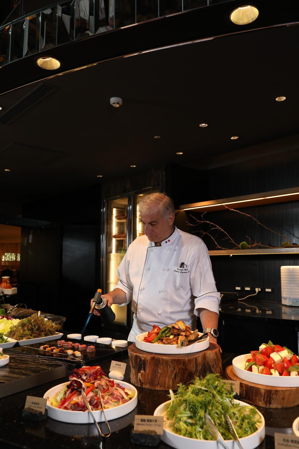 「星級美食區」提供曾在「台北晶華酒店」客座名廚的精華配方,烹調出的精巧料理非常吸引人,採訪這天晶華麗晶酒店集團行政總主廚Bernard Noël特別現身示範。