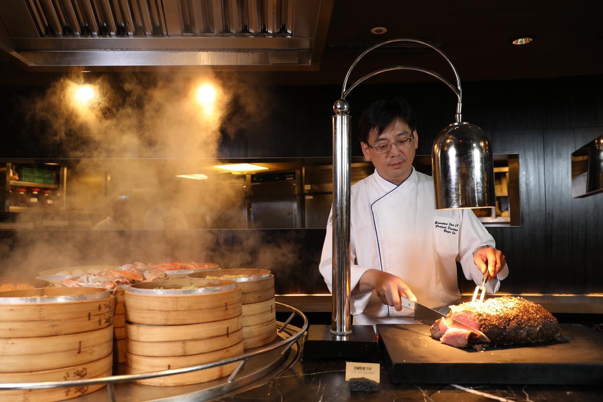 台北晶華酒店行政副主廚劉俊晟對自家「爐烤牛排」深具信心。