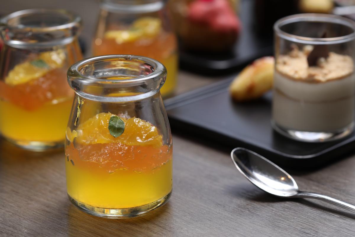 「柳橙果凍」有柳橙凍與葡萄柚凍2種,甜苦解膩。