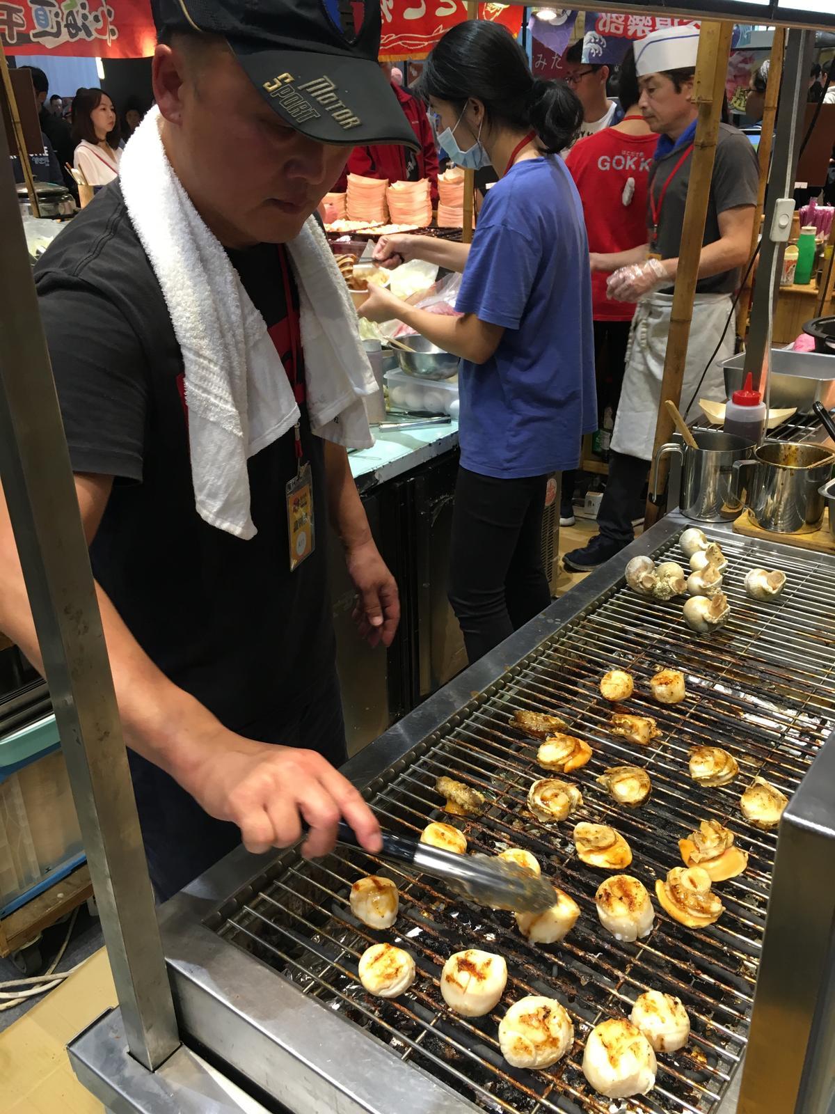 展場可品嘗到現烤的干貝燒。