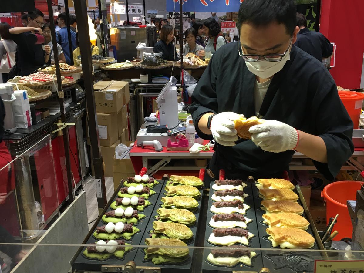 餡料豐富的鯛魚燒吸引不少客人排隊。