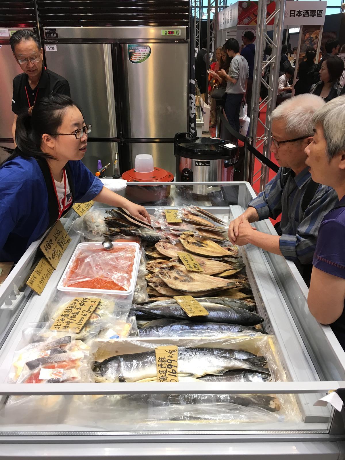 現場可買到各種魚做成的一夜干。