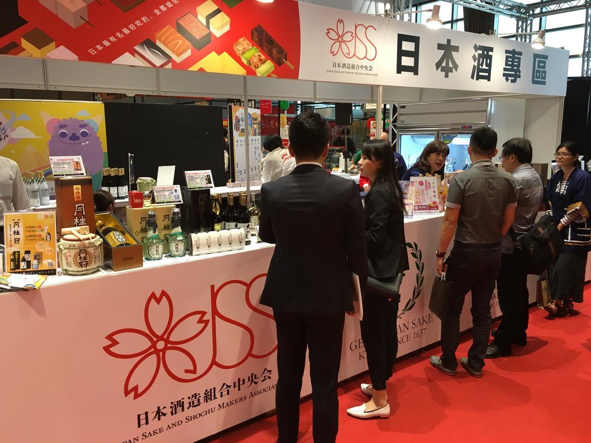 「日本酒造組合中央會」提供各種清酒、梅酒試飲。