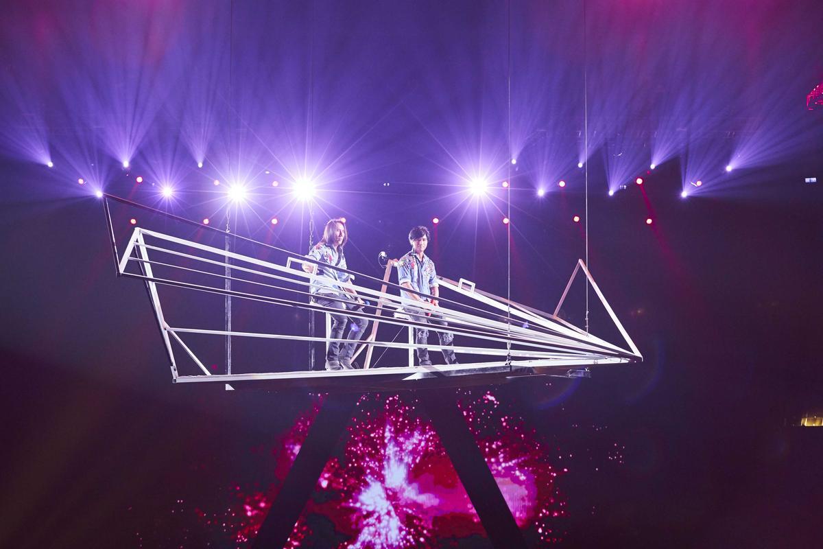 動力火車搭乘紙飛機登上10公尺高空演唱,跟歌迷近距離接觸。(華研國際音樂提供)