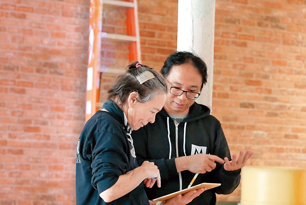 黃心健(右)與亦師亦友的蘿瑞安德森(左)合作《沙中房間》,始自文化部鼓勵跨國合作的彩虹計畫補助。(黃心健提供)