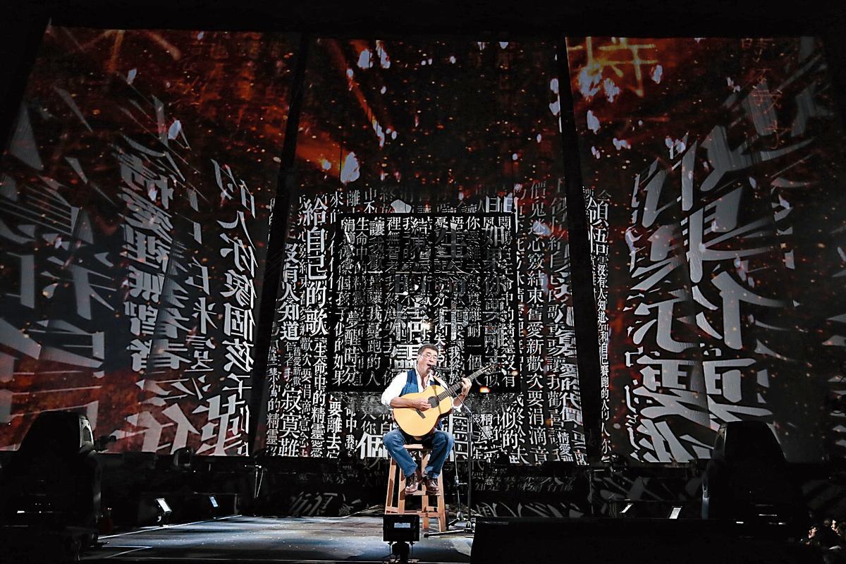 李宗盛「既然青春留不住—還是做個大叔好」演唱會,黃心健以「光」將歌詞投射充斥會場,讓歌迷彷彿活在李宗盛的歌詞裡。(相信音樂提供)