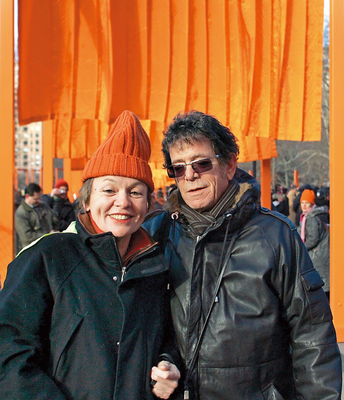 美國重量級全才藝術家蘿瑞安德森(左)的夫婿,是已逝知名搖滾樂手盧里德。(東方IC)