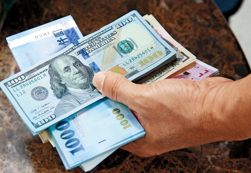 新台幣兌美元升值,不是買美元「計價」的基金就有利,重點是該基金含有多少比重的美元資產。