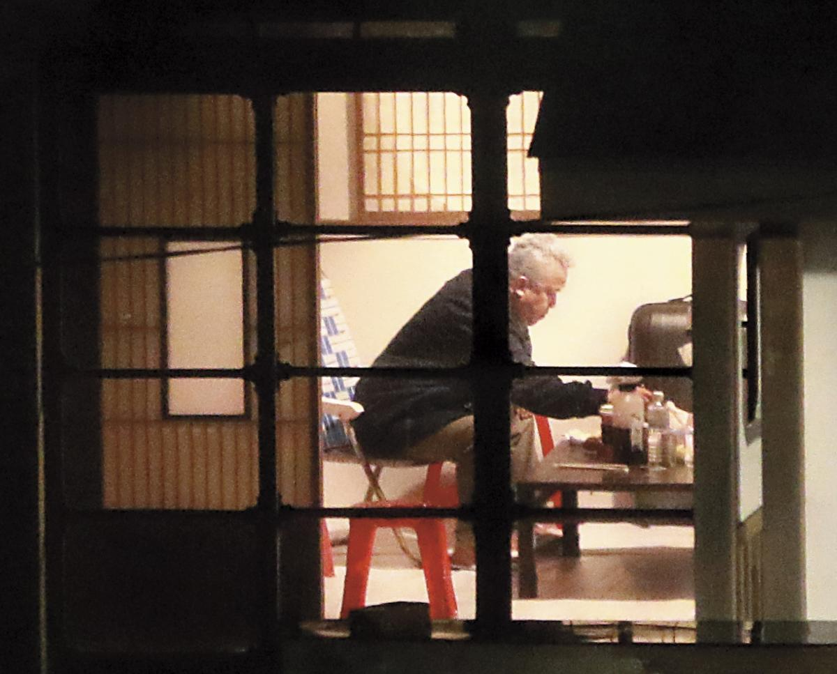 監製曾志偉要打點片場大小事務,忙裡偷閒獨自跑來休息室吃宵夜。