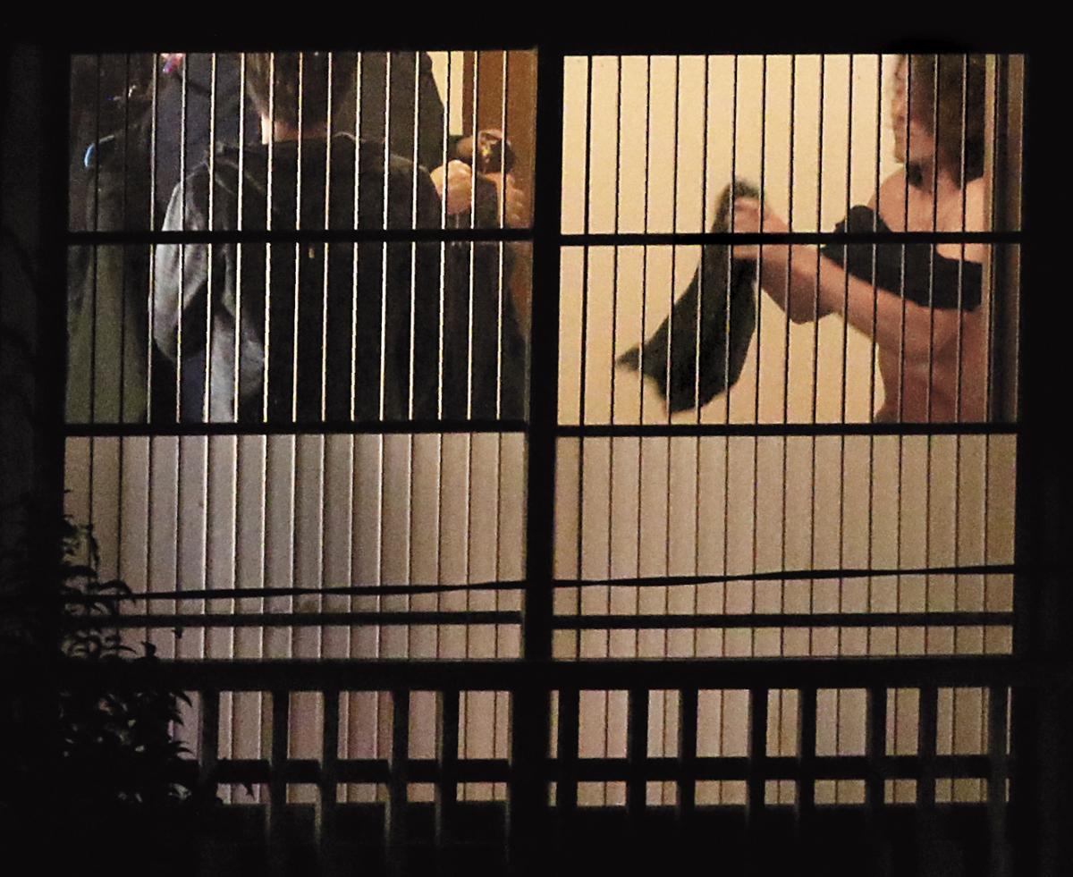 鄭伊健(右)脫下上衣半裸上身,看他的手臂和胸腹肌肉依然很結實,不說誰會想到他已經50歲了?