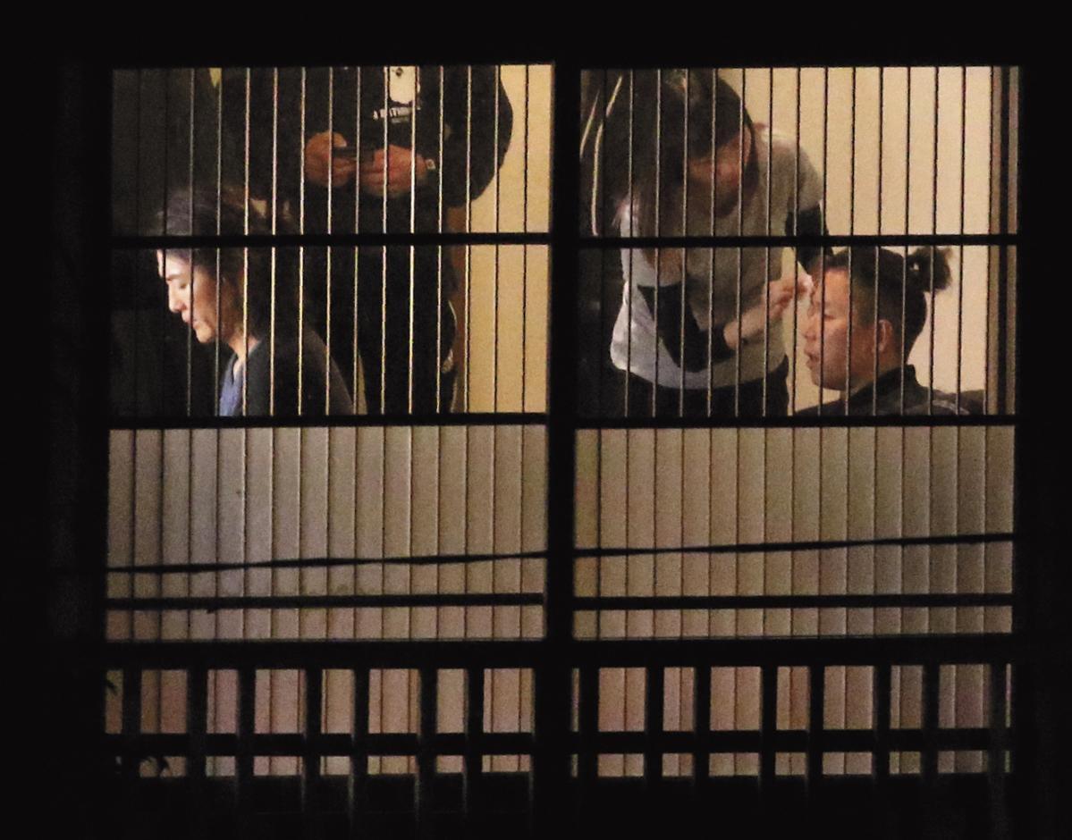 當年的「包皮」,現在的「老鼠」林曉峰(右)坐在鄭伊健(左)身後化妝,摘下眼鏡的他,辨識度馬上下降50%。