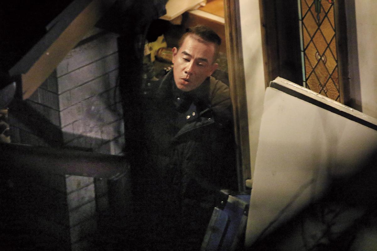 娶了台灣老婆應采兒的陳小春趁休息時間出來抽菸透氣,最近因為兒子Jasper爆紅,讓他的人氣也翻漲。