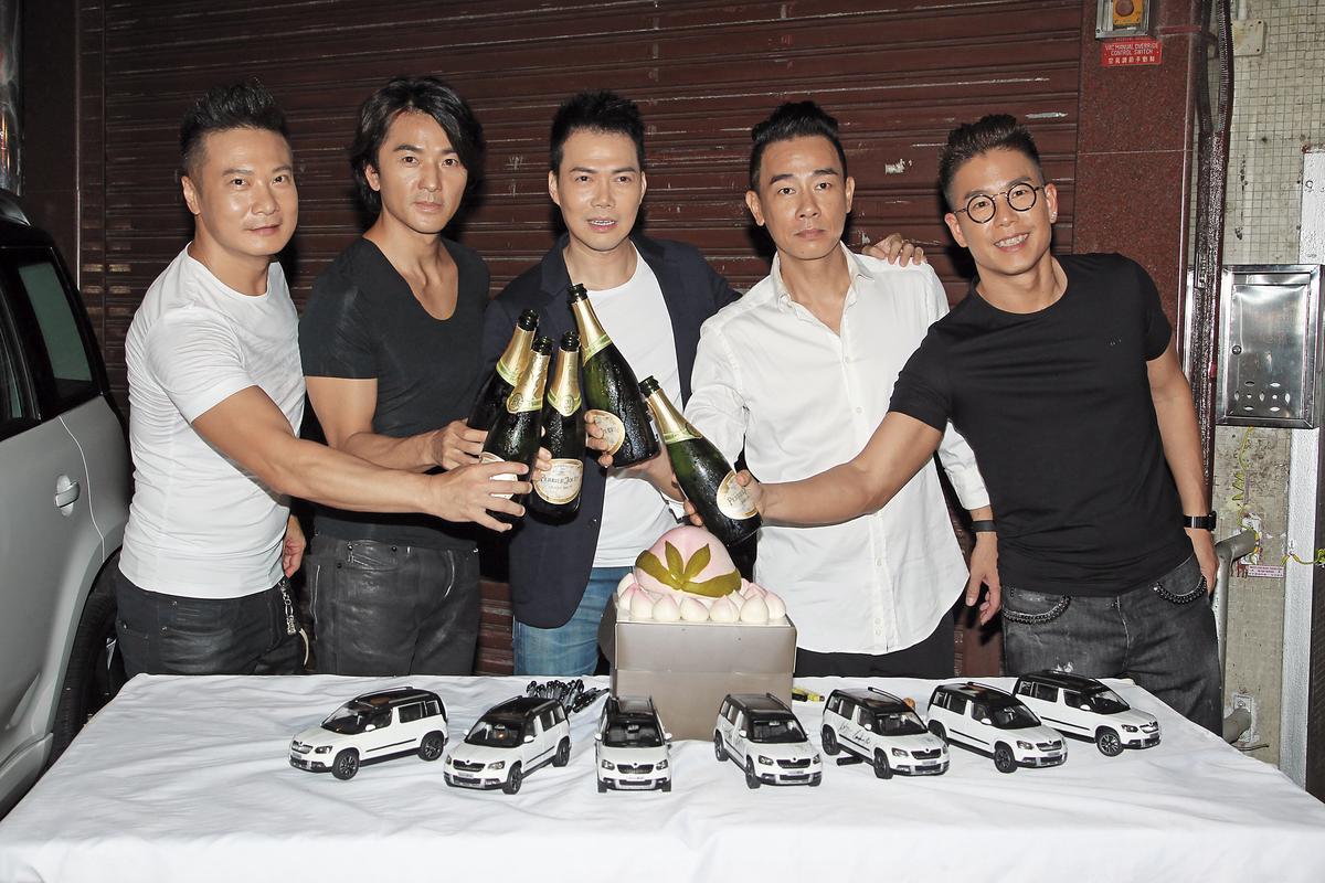 繼演唱會後,古惑仔五子又合體拍汽車廣告,剛好陳小春和謝天華是七月壽星,大家開香檳切壽桃為他們慶生。(東方IC)
