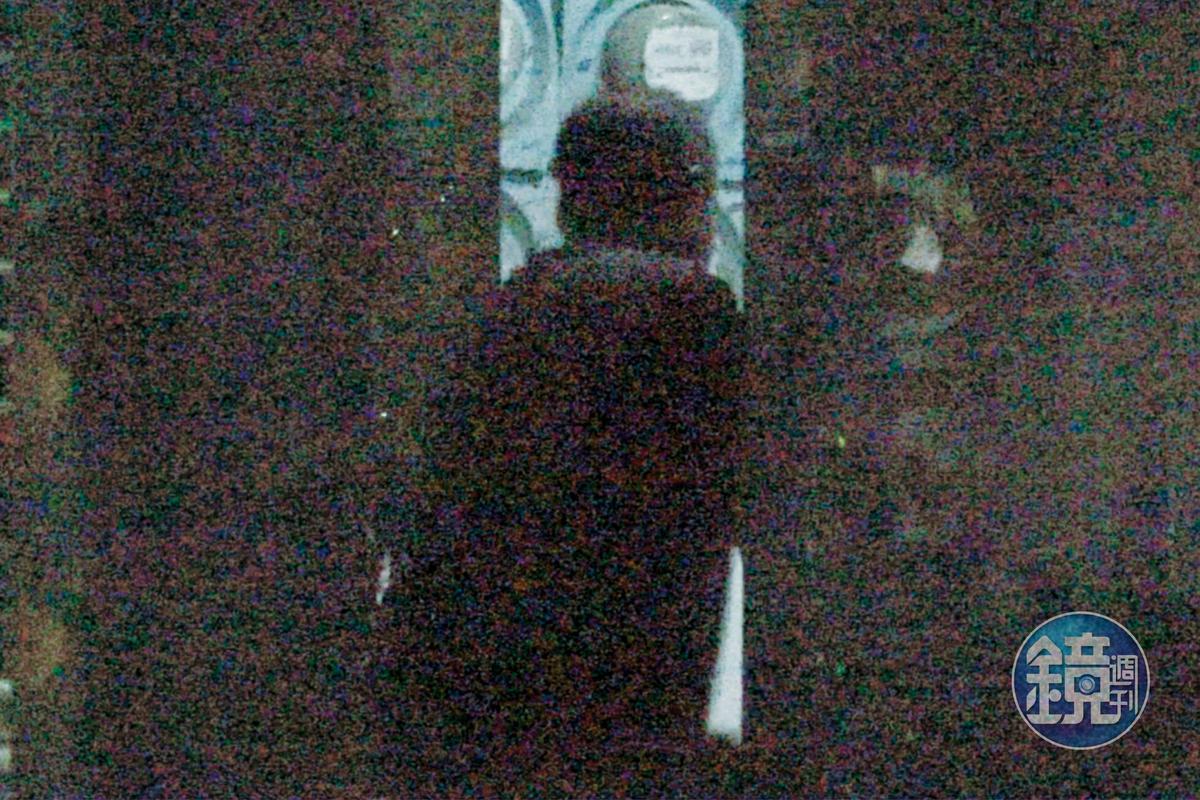 10/12 23:18 按摩完,郭宗坤跟櫻花妹竟然同進餐廳樓上的套房,關係就藏在最明顯但又最不易被發現的居處,行徑算是大膽、冒險。
