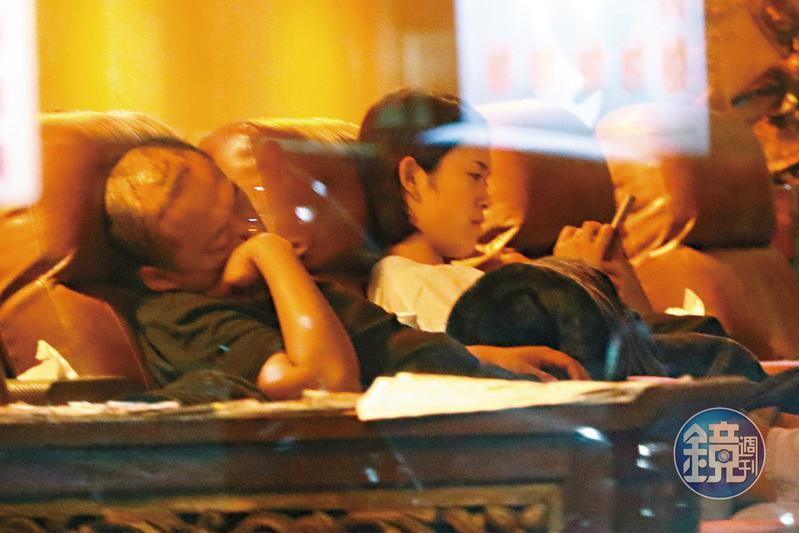 10/12 20:34 郭宗坤(左)跟櫻花妹的互動已有老夫老妻的fu。