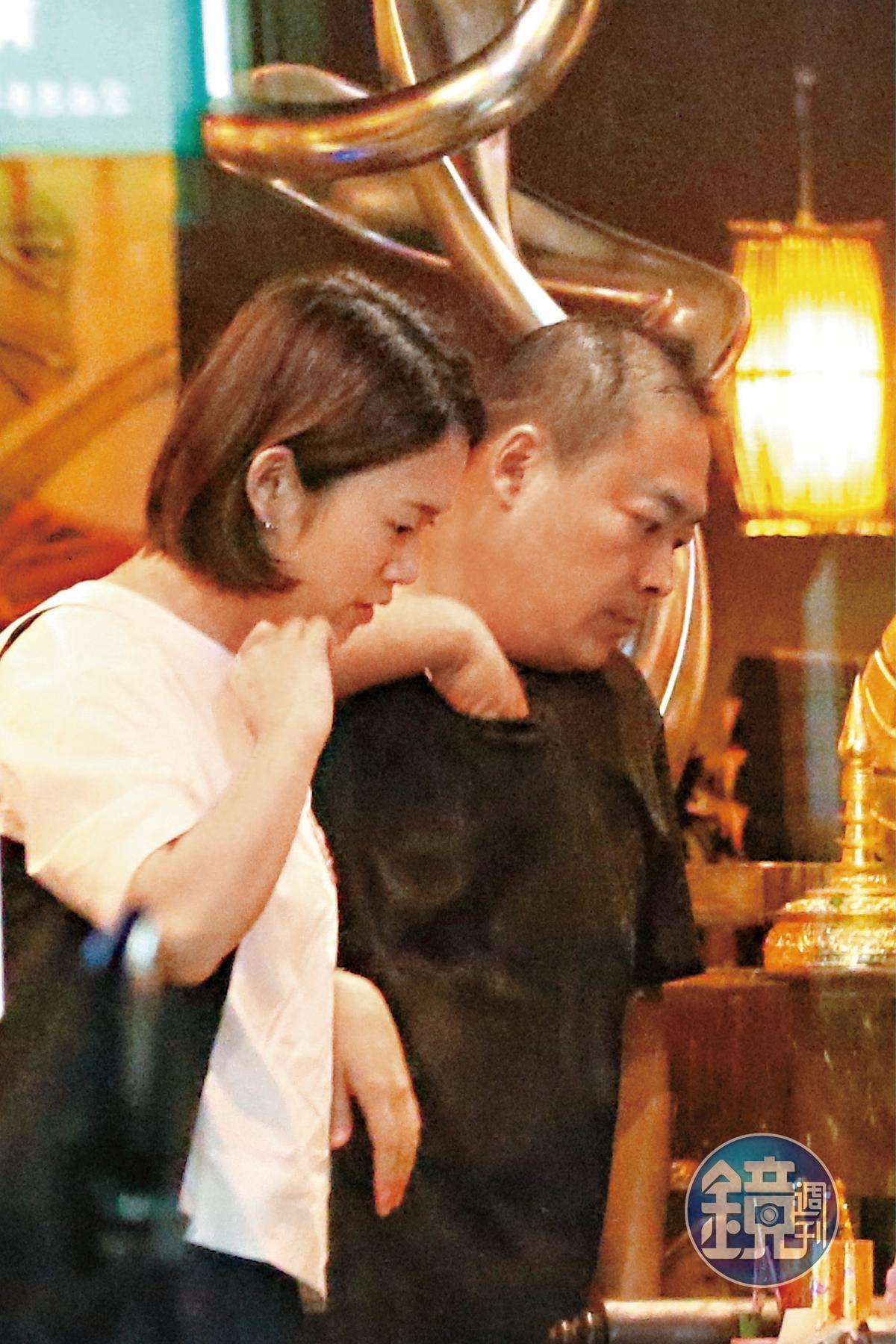 10/12 21:33 餐廳老闆跟工作人員一對一私下進行這麼家常的行程,可見郭宗坤(右)跟櫻花妹親近得過了分。