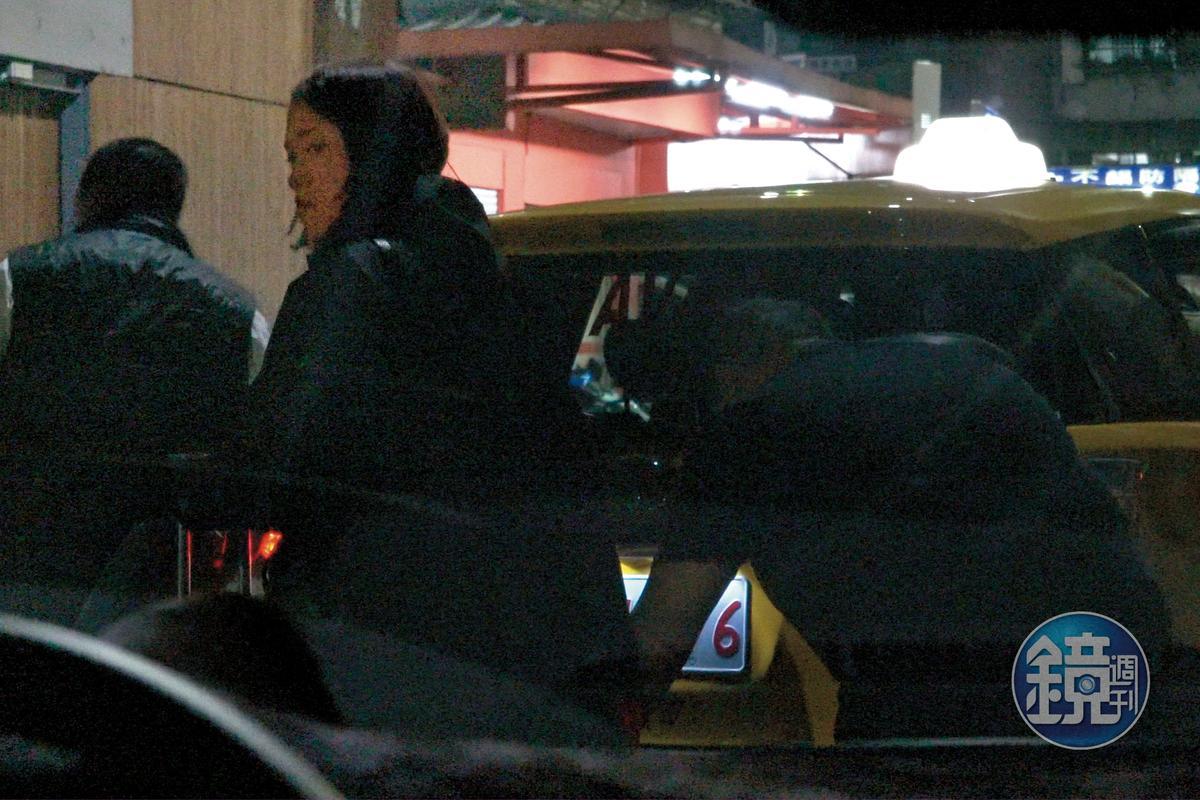 10/25 20:09 郭宗坤跟櫻花妹疑似一起從機場坐計程車回到餐廳,而且大包小包,感覺是一起剛回國。