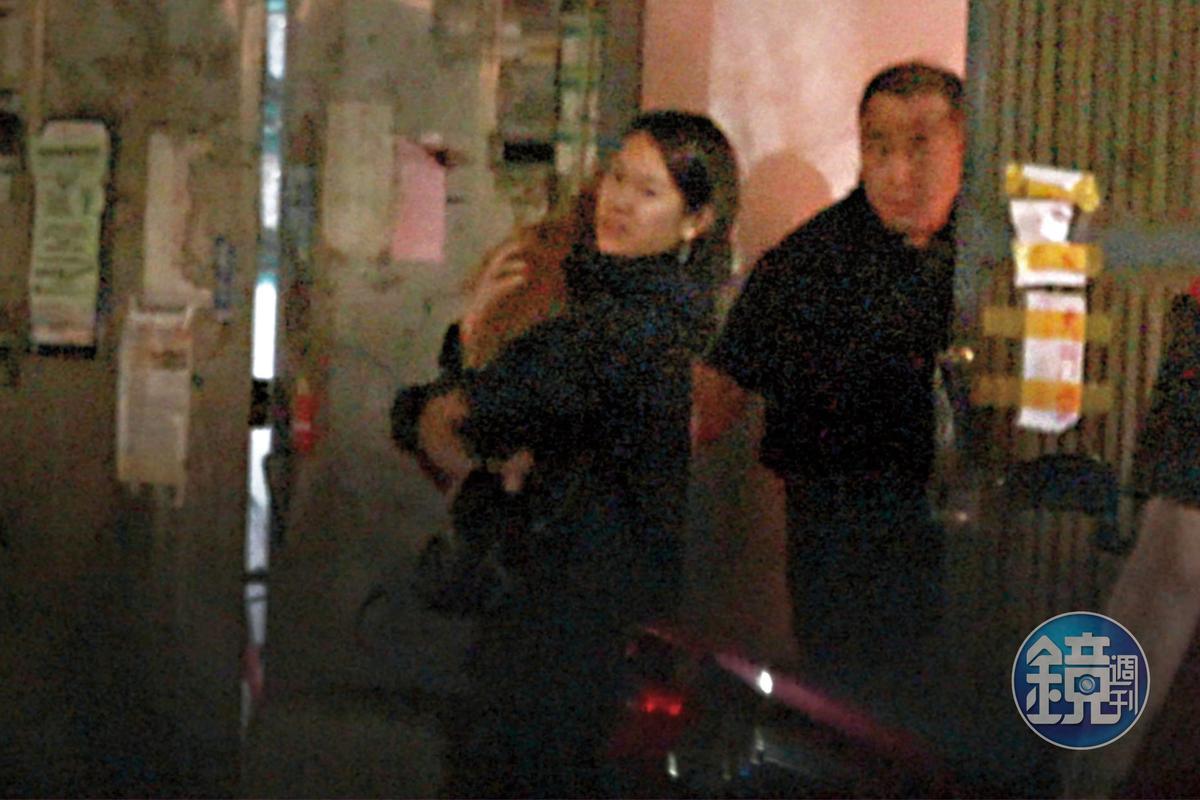 10/25 20:12 兩人從餐廳的側門走出,去到隔壁不該去的地方。
