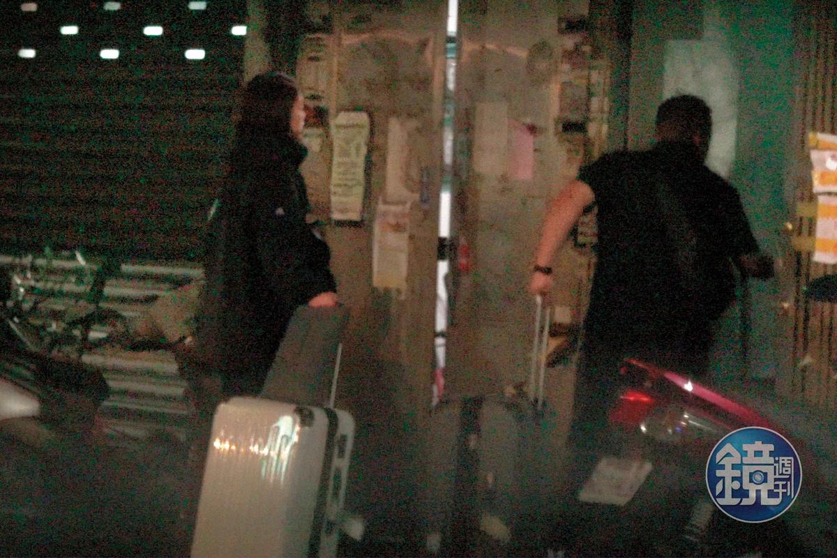 10/25 20:34 兩人在餐廳的側門進進出出,是通往極樂的門。